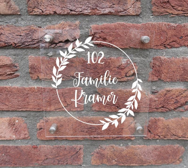 Gepersonaliseerd naambordje van plexiglas cirkel met bladeren