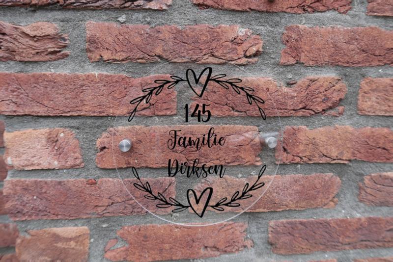 Gepersonaliseerd naambordje rond van plexiglas met harten en krans