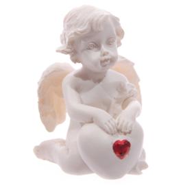 Witte Cherubijn, zittend met rood hart edelsteen