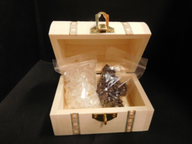 kistje met Bergkristal en Hematiet