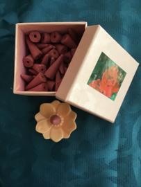 Mooi doosje met keramisch backflow wierookhouder incl cones geur rose