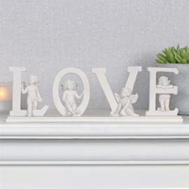 schattige cherubijnen rond het staande woord LOVE