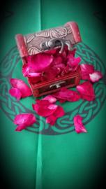 Houten kistje gevuld met 10 gr. Echte rozenblaadjes