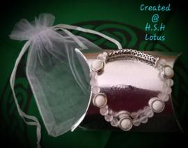 Rozenkwarts met witte lavasteentjes Armband