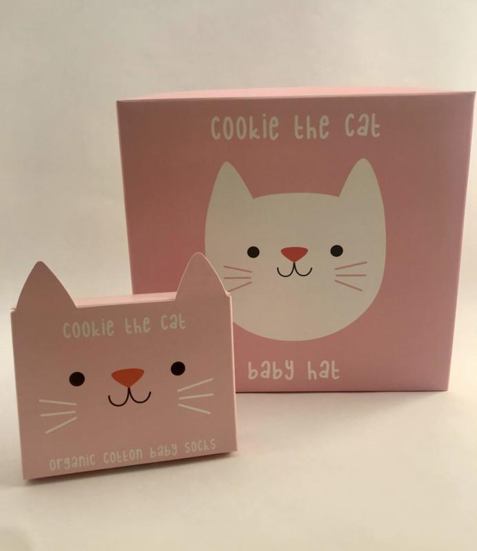 Cookie the Cat setje babymutsje en sokjes