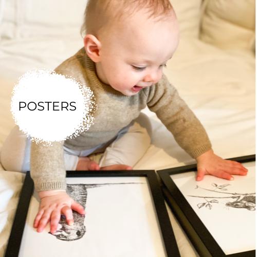 Baby met twee zwart-wit posters