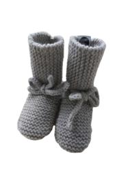 Knitted baby booties/slofjes lichtgrijs