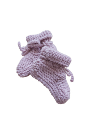 Knitted baby booties/slofjes lila