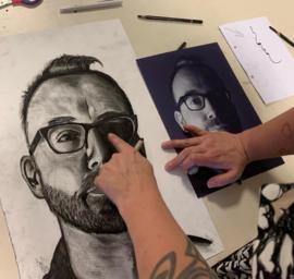 Workshop portret in houtskool
