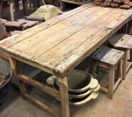 Oude houten markttafel