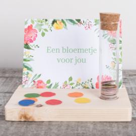 Kaarthouder met kaartje en confetti, bloemetje