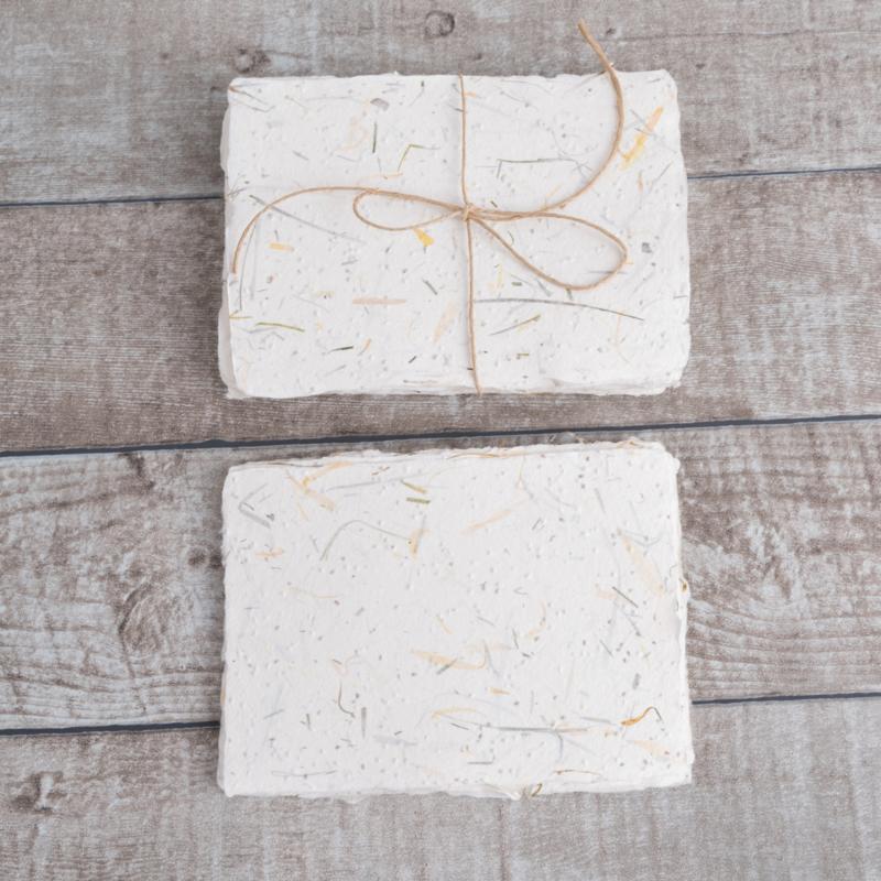 Kaarten van goudsbloem papier met scheprand