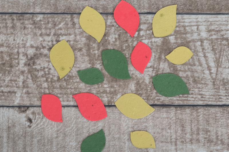 Uitdeelzak 50 stuks blaadjes kerstkleuren met bloemetjes