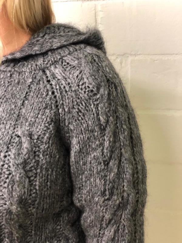 Trui met kap en kabelmotief grijs