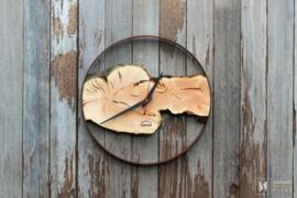 Luxe wandklok van staal en hout