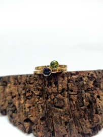 Strakke geel gouden ring met conische zetkast en hamerslag