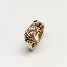 Gouden ring met balletjes en edelsteen