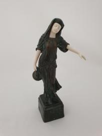 Bronzen dame met kruik