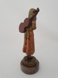Bronzen dame met gitaar