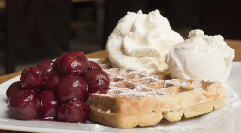 Vanille wafel met warme kersen (alleen afhalen)