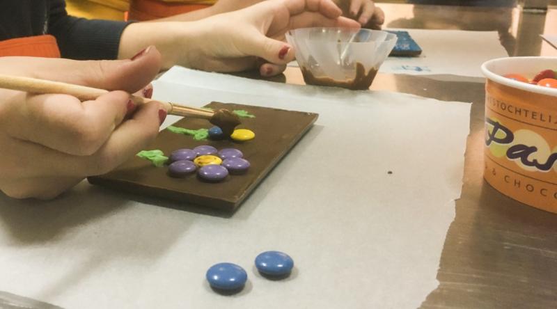 Chocoladereep- of letter versieren