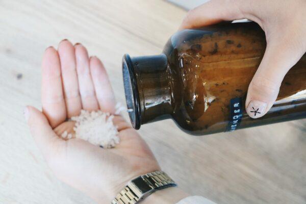 Wellmark Badzout apothekers pot – bruin glas – 250 ml 'Just relax'