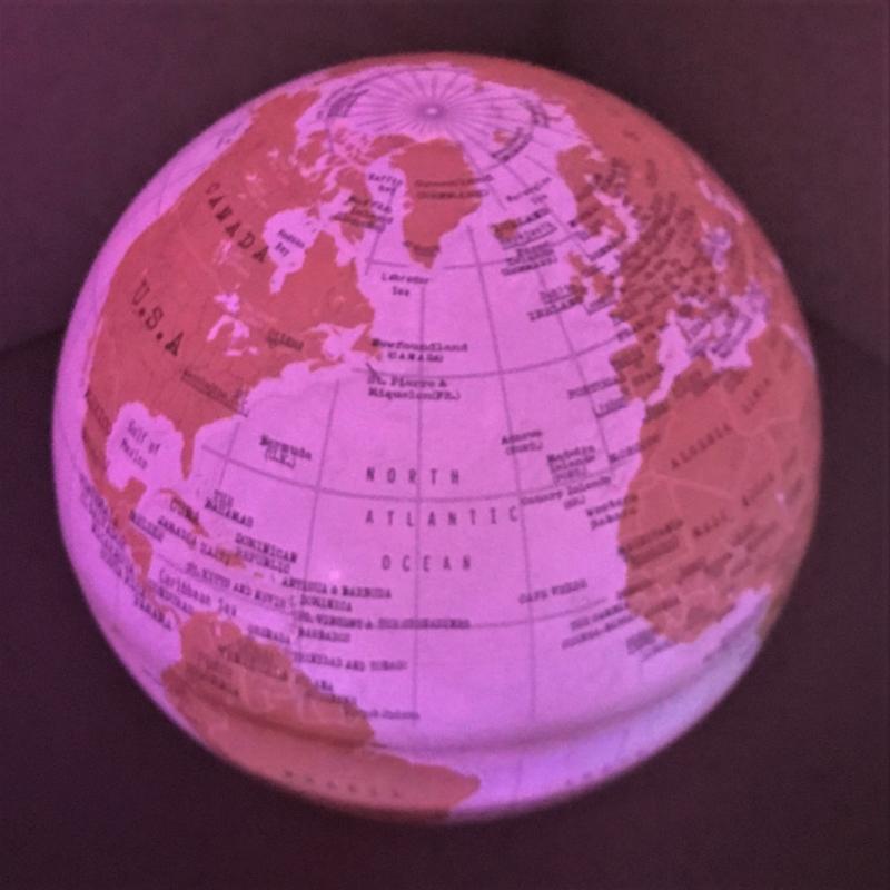 Wereldbol mini draaiend met diverse lichtkleuren
