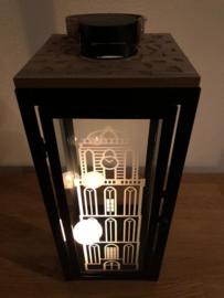Lantaarn van metaal, hout en glas met de Peperbus