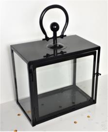 Lantaarn van metaal en glas