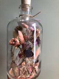 gevulde fles met kurk en droogbloemen