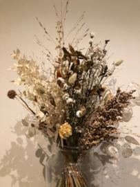 Droogbloemen in een glazen vaas