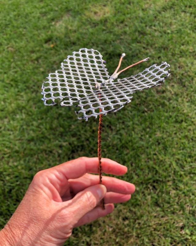 Vlinder van geperforeerd Zink 9x8,5cm op steel van koper
