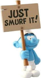 Smurf met bord 'Just Smurf It'  - Plastoy  - 2019