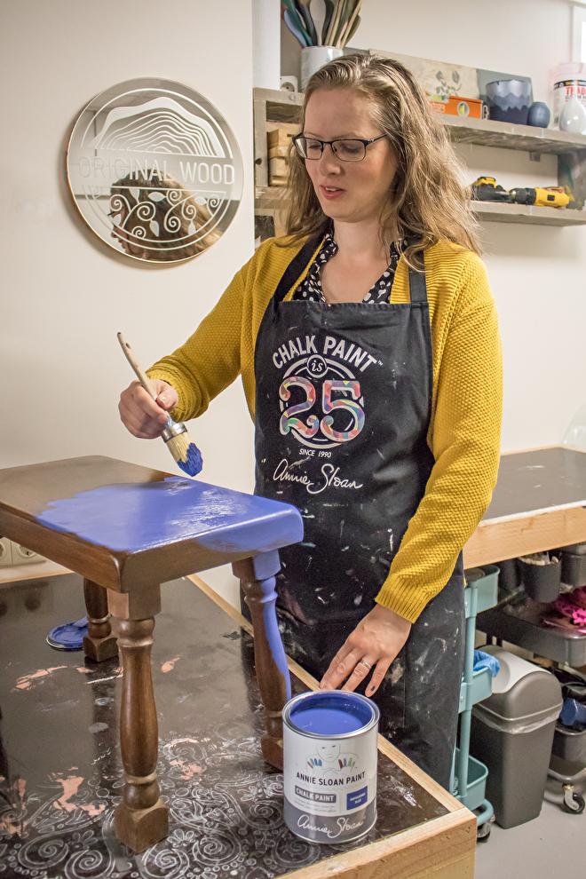Marieke aan het verven met Chalk Paint