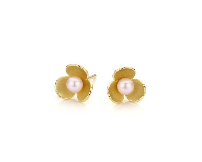 """""""Honing zoet."""" Gouden bloem oorstekers met parels."""