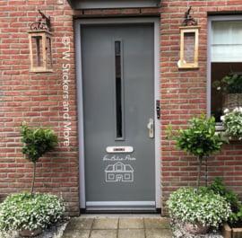 Naam en huisje met erin het huisnummer (lettertype en huisje naar keuze)