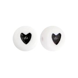 Armbandje zwart elastiek + 2x naam witte kraal met zwarte letter + witte kraal zwart hartje