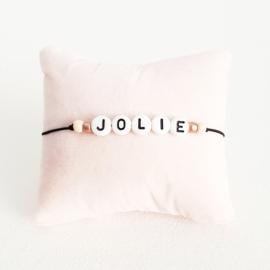 Armbandje zwart elastiek + witte kraal met zwarte letter + licht roze en rosé gouden rocaille