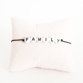 Armbandje zwart elastiek + witte kraal met zwarte letter