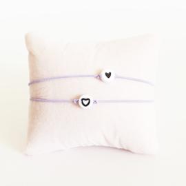 Vriendschapsarmbandjes 2x lila elastiek + witte kraal met zwart hartje