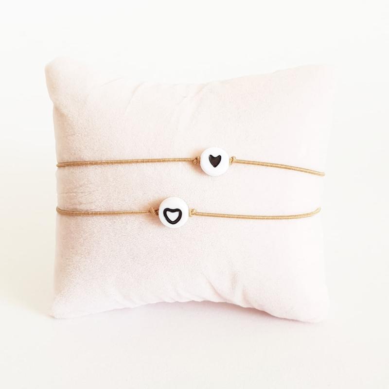 Vriendschapsarmbandjes 2x beige elastiek + witte kraal met zwart hartje