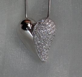 Zilveren hanger met zirkonia's.