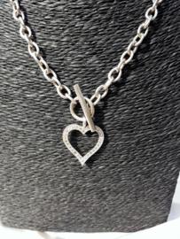 Zilveren halsketting met hanger in hartvorm.