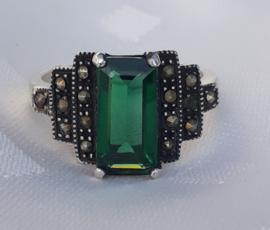 Zilveren ArtDeco ring met groene steen.