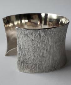 Zilveren armband met handgeslagen motief.