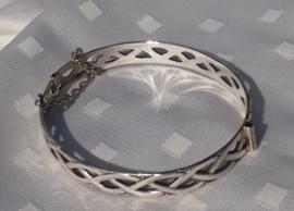 Zilveren armband met uitgezaagd motief.