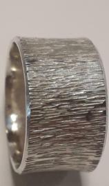 Zilveren ring met handgeslagen motief.