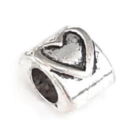 Metalen kraal met groot gat - ovaal met hart - 10x7.5x7mm - gat 4.5mm