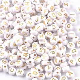 Letterkralen A - Z - Wit met Goudkleur letters - kunststof -  4x7mm - 100 stuks