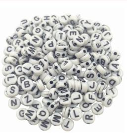 Letterkralen A - Z - wit met zwarte letters - kunststof -  4x7mm